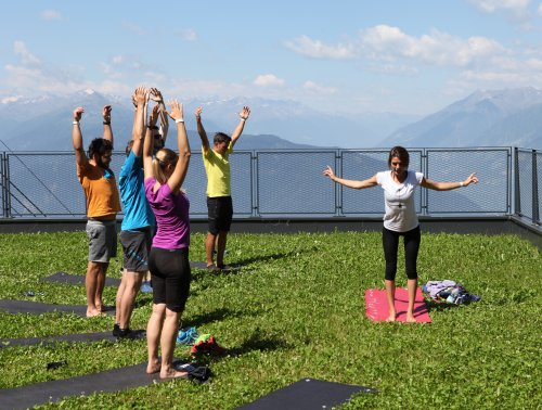 outdoor_yoga_session_mountains_view.jpg